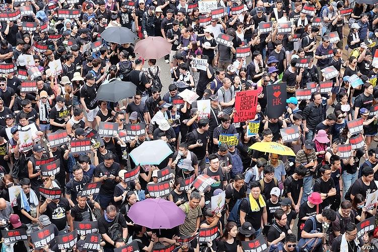 1080px-Voa_hong_kong_protest_16june2019